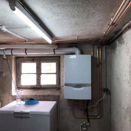 Remplacement d'une vieille chaudière à gaz cheminée par une chaudière à condensation dernière génération . Carottage pour passage de la ventouse, pose de toutes les conduites gaz aller retour chauffage